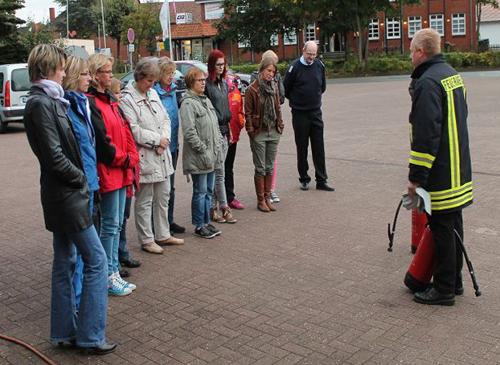 Feuerwehr schult Erzieherinnen im Umgang mit Feuerlöschern