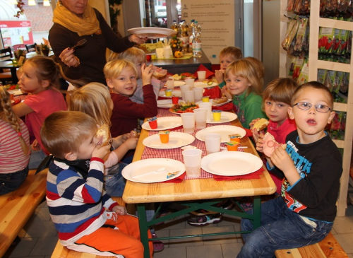 Löwenzahngruppe genießt gesundes Frühstück im Supermarkt